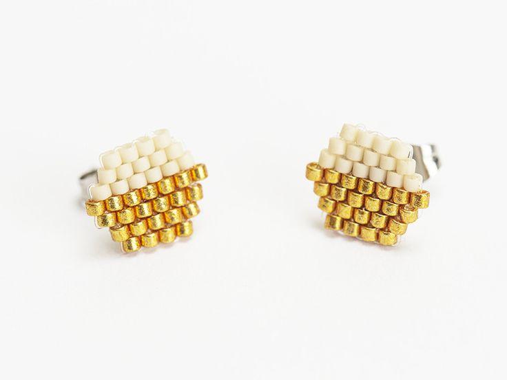 Boucles d'oreilles puces tissées en perles Miyuki de couleurs beiges et dorées. Par Naïas.