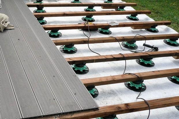 les 25 meilleures id es concernant pose terrasse composite sur pinterest terrasse en bois. Black Bedroom Furniture Sets. Home Design Ideas