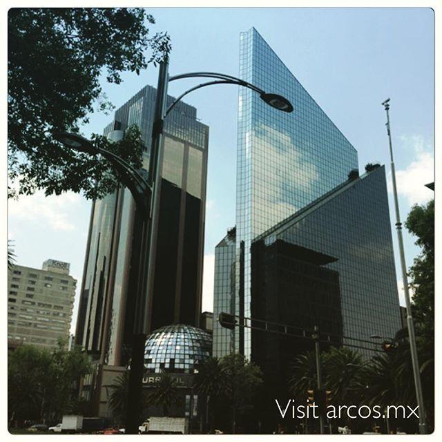 Vista de la Bolsa Mexicana de Valores en el paseo de la Reforma, Cd de México. View of the stock exchange house in Mexico City. #realestate #bienesraices #alberca #realtor #luxuryrealestate #luxury #veracruz #bocadelrio #design #minimal #arquitectura #architecture #stockexchange #BMV