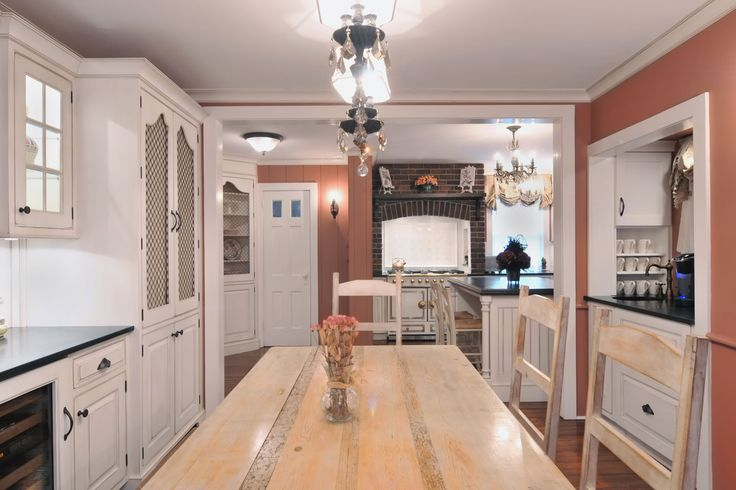 Benjamin Moores Texas Rose paint adds accent to the