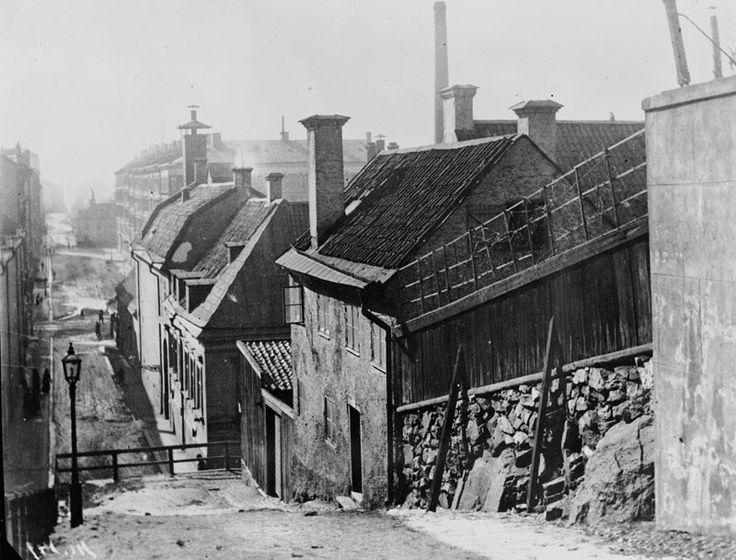Stockholm around 1882-1902. Vy västerut från Prästgårdsgatan 4-6. Från år 1930 Maria Prästgårdsgata. Här går idag trappor till Björngårdsgatan.