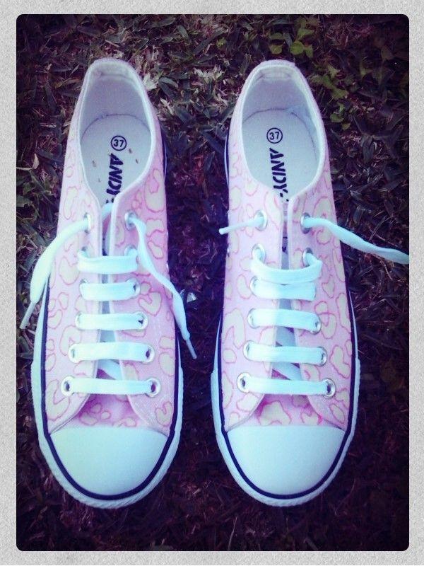 Zapatillas estilo converse pintadas con estampado de leopardo, colores rosa y beige