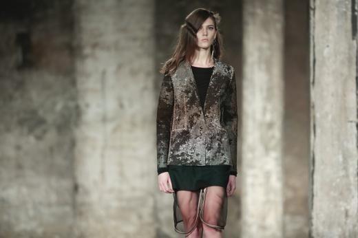 Farbe ja, aber auch viele erdige Töne gab es bei Bobby Kolades erster Kollektion für die Fashion Week zu sehen.