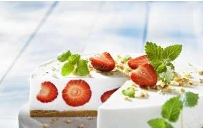 Torta allo yogurt fredda con le fragole - Ecco per voi la ricetta per preparare la Torta allo yogurt fredda con le fragole, un dessert fresco e delizioso perfetto per tutta la famiglia, provatelo anche voi, vi piacerà.