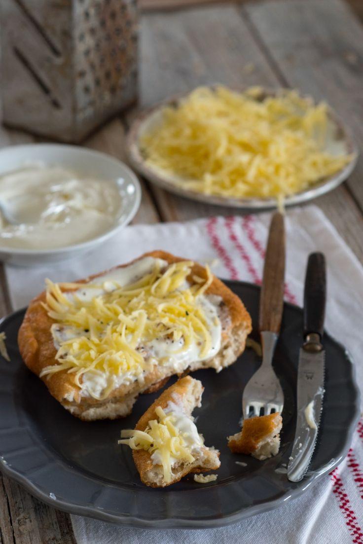 Langosze- węgierskie smażone placki drożdżowe, podawane ze śmietaną i tartym serem- uzależniająco pyszne!