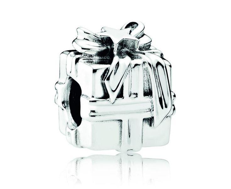 Pandora Bedel zilver ´Gift' 791987. Prachtige zilveren bedel uit de Pandora bedelcollectie. Leuke bedel in de vorm van een een mooi ingepakt cadeautje, compleet met Strik. https://www.timefortrends.nl/sieraden/pandora/bedels.html