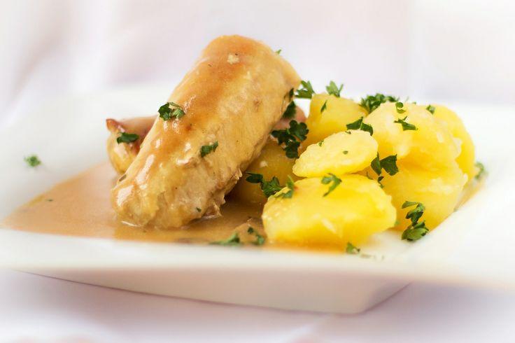 Mäsové závitky  Pod pojmom závitky si väčšinou predstavím mäso plnené šunkou, syrom a nejakou zeleninou, či klobásou a kapustou....alebo španielské vtáčiky. Tieto závitky sú iné a nám veľmi chutia, lebo v nich nie je žiadna zelenina, ktorú by deti vyberali na okraj taniera. Závitky z bravčového mäsa sú naplnené fášou z mletého mäsa tiež bravčového s kúskom syra, preliate jemnou prírodnou šťavou s hubovou arómou.