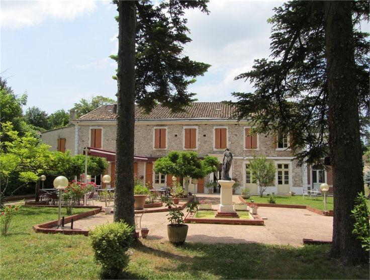 Sublime maison en pierre à vendre chez Capifrance à Albi.     > 900 m², 17 pièces dont 13 chambres et un terrain de 1.1 HA.    Plus d'infos > Camille Aventin, conseillère immobilière Capifrance.