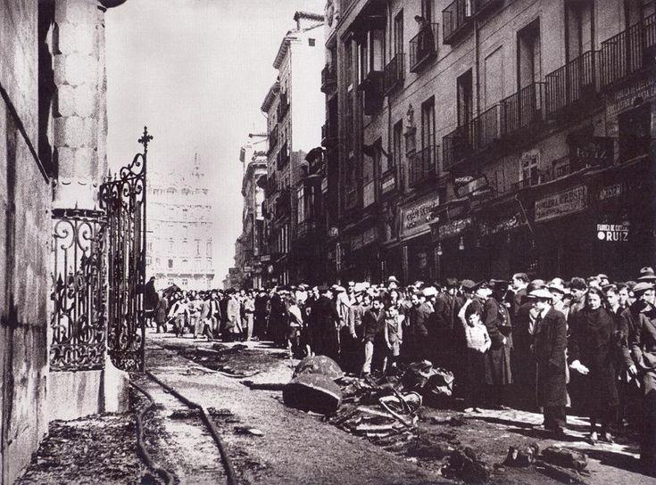 Spain - 1936. - GC - 11 marzo 1936. - Guardias de Asalto vigilan el acceso a la Iglesia de San Luis en la calle Montera dañada por incendios y saqueos.