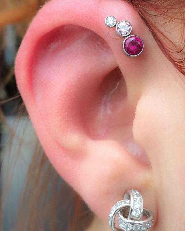 Efix a percé cet helix avant avec un joli montage de cristaux de chez Anatometal. @empirebodypiercing @anatometalinc @efixroy #empirebodypiercing #anatometal #piercing #piercings #forwardhelix #ear #earpiercing #earpiercings #quebeccity #quebec...