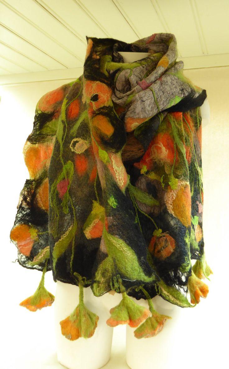 Grote nunovilt sjaal, omslagdoek, zwart/zilver met klaprozen door NaaiatelierAnci op Etsy https://www.etsy.com/nl/listing/508154629/grote-nunovilt-sjaal-omslagdoek