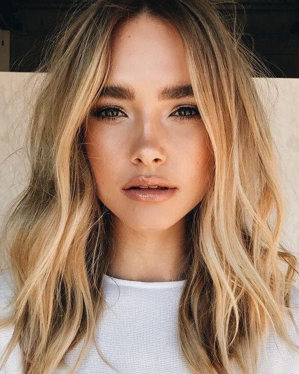 Natürliches Make-up kombiniert mit lockerem Haar …