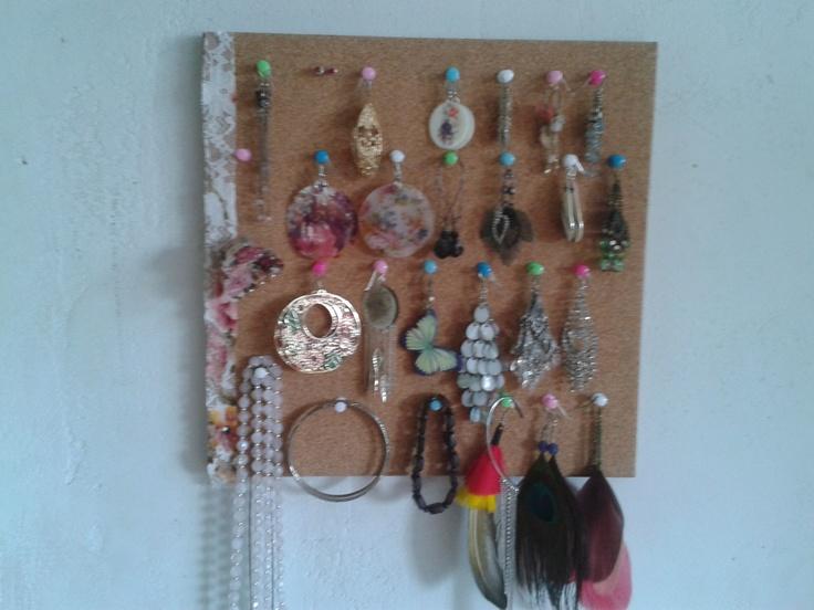 Zelfgemaakt systeem op oorbellen op te hangen een prikbord zo dom nog ni!