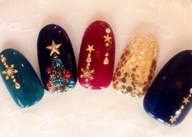 【クリスマスネイルまとめ】ツリー、雪の結晶、お星様、サンタの靴下!今しかできないクリスマスネイルはビジューでキラキラ!チエック柄やマット加工のニットネイルと合わせればトレンドネイルに!フレンチネイルにもパーツで季節感のあるネイルを楽しもう!