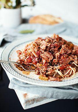 Spaghetti au bacon, au porc haché, aux tomates & aux dattes