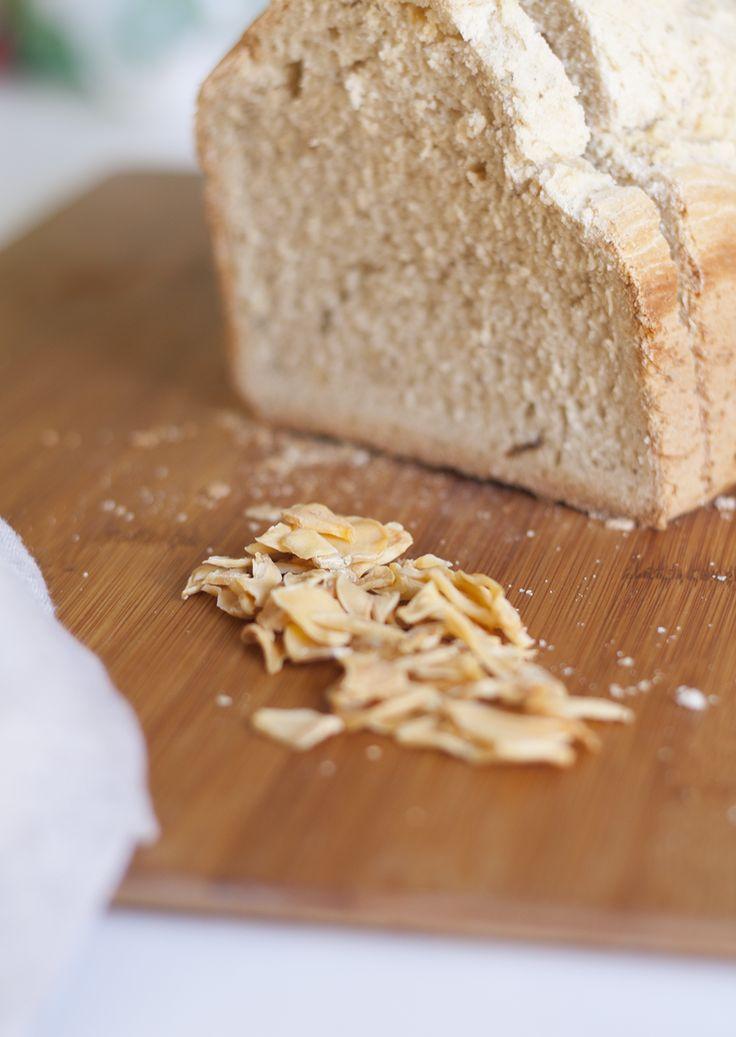 Hacer pan no es difícil, y además es muy gratificante. Se puede hacer pan casi de cualquier cosa, y hoy os damos la receta para hacer un pan de pizza y ajo.