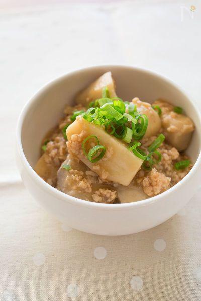 生姜を効かせたそぼろあんと里芋を合わせた簡単和食。  鶏ひき肉(むね肉)を使ってヘルシーに♪  もも肉のひき肉や豚ひき肉でも代用できます。