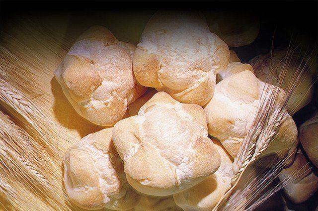 MICHETTA il pane dei milanesi, una sorta di crosta di pasta croccante e friabile ripiena d'aria. La michetta è un pane cosiddetto soffiato e come tale presenta all'interno una cavità che nelle migliori realizzazioni è praticamente pari a tutto il volume del panino, crosta ovviamente esclusa. La storia narra che durante la dominazione Austro-Ungarica fu portato in Italia il Kaisersemmel, tradizionale pane austriaco caratterizzato dalla forma a rosetta.