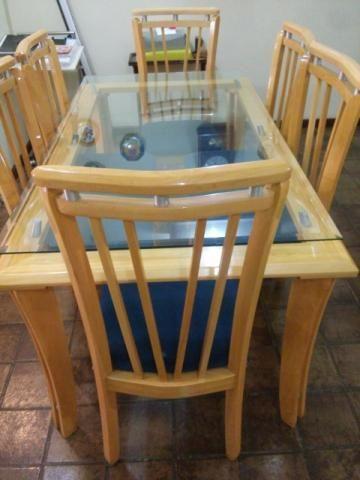 Mesa com 6 cadeiras, em perfeito estado