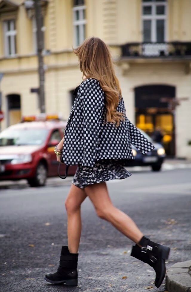 NUEVO POST/ NEW POST: INVIERNO GLAM http://unchicleenmitacon.blogspot.com/2013/11/invierno-glam.html Minis, Polka Dots, Summer Style, Street Style, Black White, Mixed Prints, Woman Style, Combat Boots