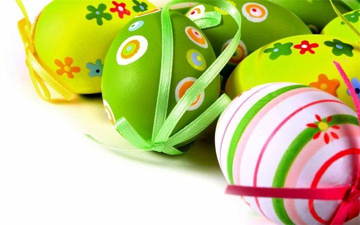 Красивые пасхальные яйца Отвариваем яйца традиционным способом, заливаем холодной водой и оставляем остывать.Красивые пасхальные яйцаКрасивые пасхальные яйцаЯичную скорлупу протрём об...