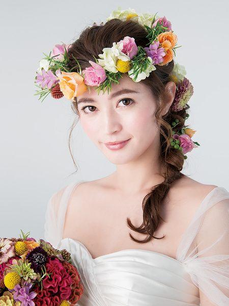 色とりどりの花冠はトーンを揃えることで上品な華やかさに/Front|ヘアメイクカタログ|ザ・ウエディング