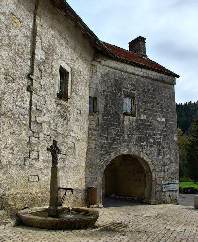 Montbenoît : la fontaine de l'abbaye