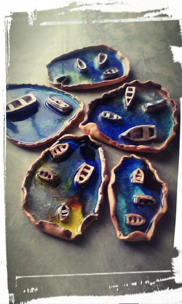 Bahías realizas en ceramica y vidrio que representan el Caribe .
