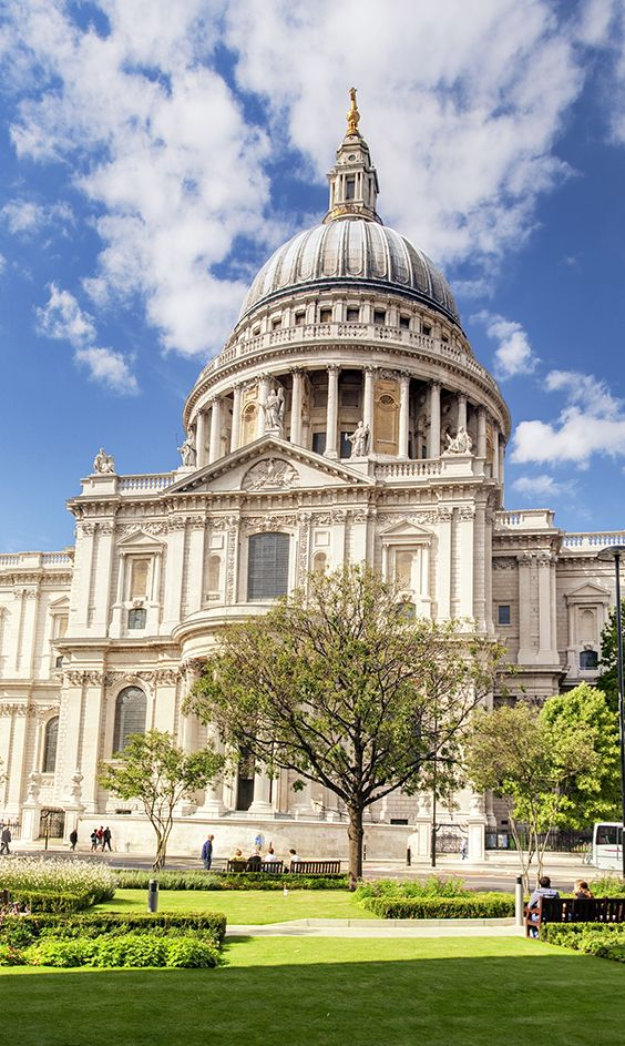 St Paul's Cathedral is one of the symbols of London. A magnificent cathedral with a stunning interior and an impressive dome, which is among largest in the world. At the top of the dome is Golden Gallery, which offers a beautiful view of the entire London.