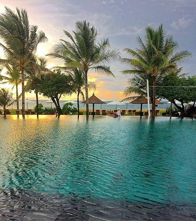 WEBSTA @ ayodyabali - Tell us when is your favorite time to take a dip in here? 📷: @nancyaryasubawa #infinitypool #beautiful #holiday #bali #ayodyaresort 🌴🌴