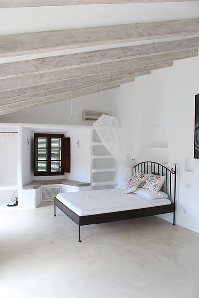 Minimal interior with bed, by Moredesign.es