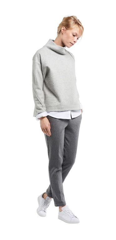 Damen Outfit lässiger Herbst-look von OPUS Fashion: weiße Bluse, graues Sweatshirt, graue Hose
