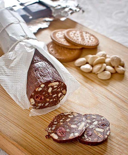 Esta es mi receta uruguaya de Salchichón Dulce o Salchichón de Chocolate es un delicioso bocadito o masita, que se prepara en apenas unos minutos y a todos gusta mucho, en especial a los niños y a los amantes del chocolate.