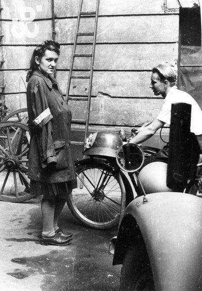 Bożena Grabowska 'Magda' and kpr. Pchor. Antoni Tuleja 'Niedźwiedź' in the yard of the house at  ul. Moniuszki 11.