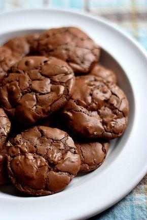 Succombez aux brownie-cookies, ces cookies chocolatés aussi fondant qu'un brownie ! Une recette simple et rapide pour un maximum de gourmandise.