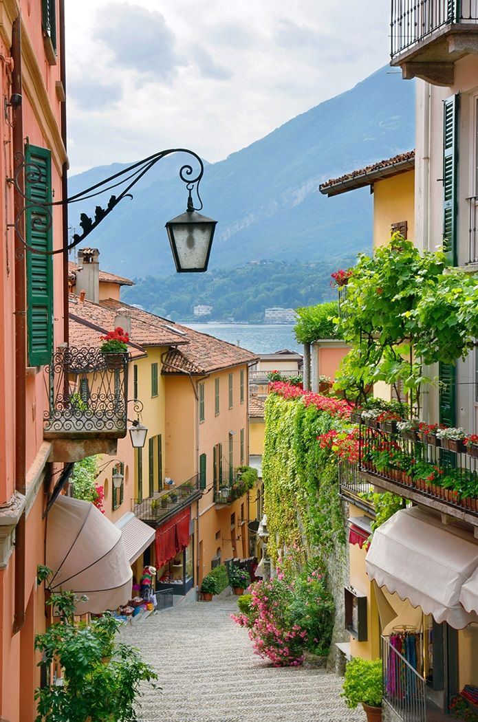 Mestečko výhľad na ulici v meste Bellagio, Jazero Como, Taliansko