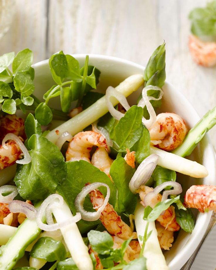 Een heerlijk hapje of voorgerecht is deze cocktail van witte en groene asperges met rivierkreeftjes. Vriendelijk voor de lijn, makkelijk en snel klaar!
