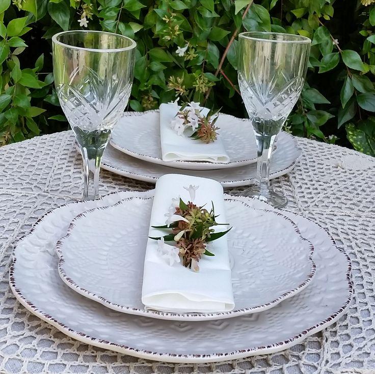 Loza KEMI y copas VITI, mas un bello mantel a crochet para una perfecta mesa en blanco.