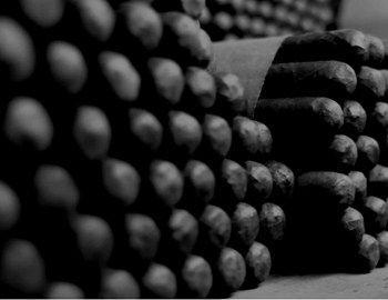 Η τέχνη να κατασκευάζεις πούρα αποκαλύπτεται στο πολύ καλό αυτόασπρόμαυρο βίντεο.