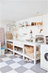 Platsbyggd bänk i tvättstugan