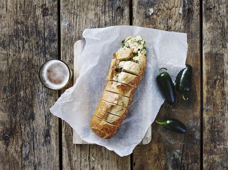 Her får du opskriften på en luksusversion af det velkendte hvidløgsbrød, nu med bacon og mozzarella.