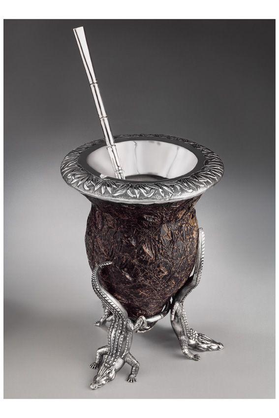 mate de plata .tres cocodrilos  soportan mate de calabaza forrado en cuero de yacare . hojas de bambu cinceladas en la boca del mate . bombilla en forma de cana de bambu
