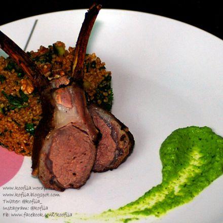 سلطة البرغل مع ريش لحم الخروف وبيوريه البازيلاء   Burghul Salad with minted lamb cutlets and pea puree
