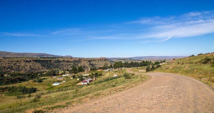 [Afrique du Sud] La piste pour atteindre le poste frontière de Qacha's Nek au Lesotho depuis Matatiele... Une magnifique entrée en matière ! #afriquedusud #southafrica #thisissouthafrica #visitsouthafrica #igerssouthafrica #afrique #africa #unlimitedafrica #easterncape #matatiele #ontheroad #roadtrip #piste #track #landscape #neverstopexploring #partispourlelesotho #partispour #travelphotography #travel #travelgram #instatravel #canon #canonphoto #photodujour #picoftheday #defi365