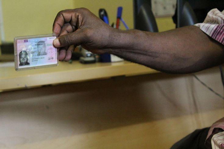 Mayotte : QUI SONT-ILS, QUELS PAPIERS ONT-ILS ?  Les enfants, la plupart nés à Mayotte et dont certains sont de nationalité française, vont à l'école primaire et au collège à Tsimkoura. Parmi les expulsés, certains ont des papiers, des cartes de séjour temporaire d'un an ou même des cartes de résident de dix ans.À Tsimkoura, certains étrangers vivaient déjà dans des bangas, d'autres dans des maisons en dur ; tous louaient leur habitation à des Mahorais.