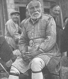 Καθημερινή φορεσιά άνδρα στην Αμφίκλεια (1890) με καμιζόλα, σκούφια και τις χαρακτηριστικές ψηλές κάλτσες.