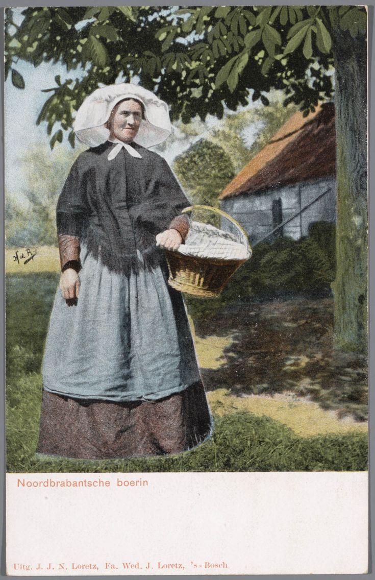 Vrouw in Noord-Brabantse streekdracht. Over de ondermuts draagt de vrouw een witte muts met daarover een 'poffer' (met linten en kunstbloeme...