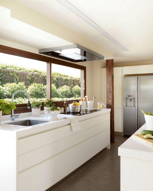 La zona de cocción se situó en un frente con la campana empotrada en el techo, de Gutmann. La cocina cuenta con dos zonas de aguas, una en la isla y otra junto a la zona de cocción.