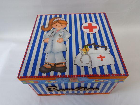 Caixa em MDF, pintada e decorada em decoupage, para remédios. Na parte interna tem bandeja, divisões para miudezas. R$ 48,00