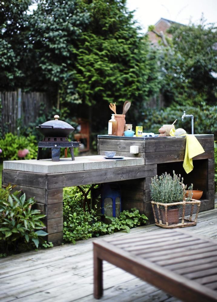 UTEKJ�KKEN: Dette rustikke utekj�kkenet blir bare flottere med v�r og vind. Under vasken er det laget en liten innebygget hylle, hvor man kan gjemme kj�kkenredskapene. St�lplaten med vask heter Boholmen og er fra Ikea.